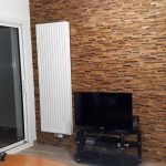 Décoration mur en briquettes de bois