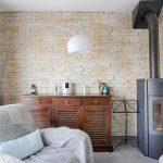 Décoration salon pierre et poêle à bois